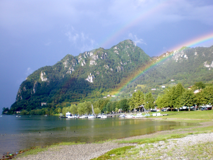 <b>Meraviglioso arcobaleno sul lago d'Idro, Lombardia</b>
